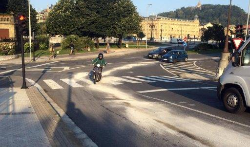 Un scooter circula sobre una mancha de gasoil y sepiolita.