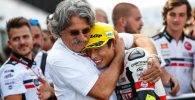 Paolo Simoncelli abraza a Tatsuki Suzuki en el parque cerrado después de la carrera de Moto3