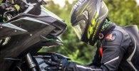 Motorista mimando a su moto