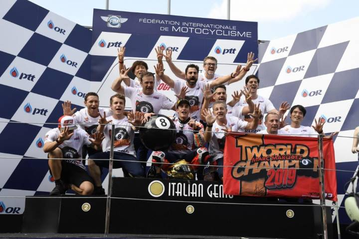 El equipo de Marc Márquez celebra su título en el podio en Tailandia