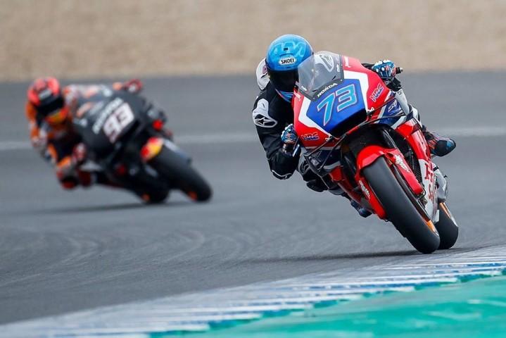 Álex Márquez seguido por su hermano Marc durante los test de MotoGP en Jerez