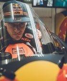 Brad Binder sobre su KTM en el box