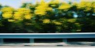 Visión lateral de una carretera a gran velocidad