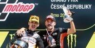 Max Biaggi con Arón Canet en el podio del Gran Premio de la República Checa