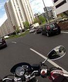 Una moto circula por una rotonda
