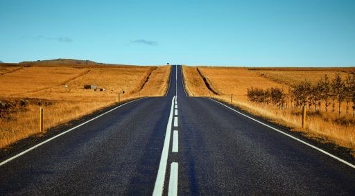 Imagen de una carretera de doble sentido