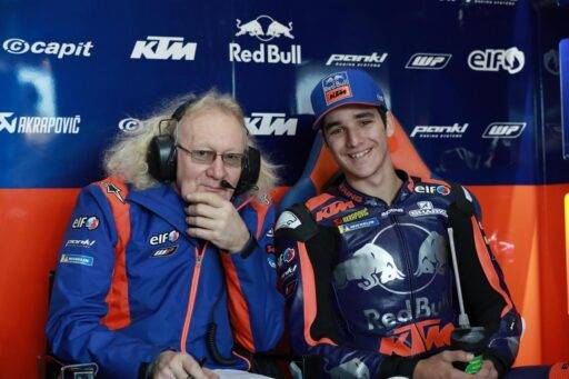 Iker Lecuona en el box del Red Bull KTM Tech3