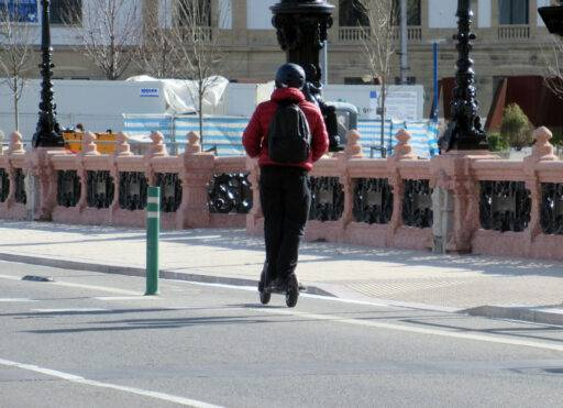 Un patinete eléctrico circula por un carril bici