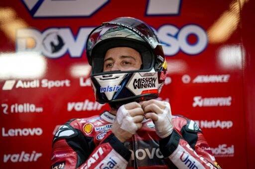 Andrea Dovizioso en su box durante los ultimos test de MotoGP en Qatar