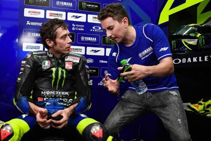 Jorge Lorenzo y Valentino Rossi en el box de Yamaha durante los últimos test de MotoGP en Sepang