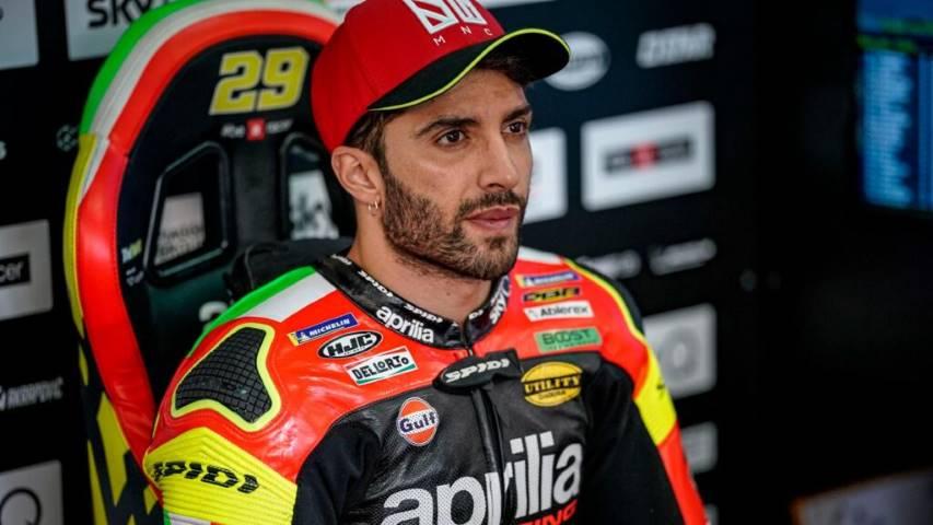 Andrea Iannone en el box de Aprilia durante una carrera de MotoGP