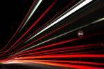 Haces de luz de vehículos en imagen de larga exposición