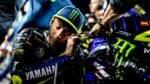 Valentino Rossi junto a la Yamaha de MotoGP