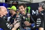 Valentino Rossi durante un GP de MotoGP en el box de Yamaha