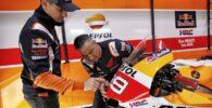 Jorge Lorenzo en el box de Honda durante su última temporada en MotoGP junto a la Honda número 99