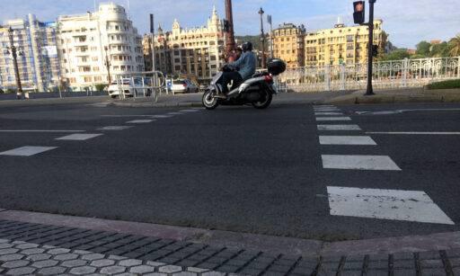 Una moto cruza por un paso de peatones taqueado