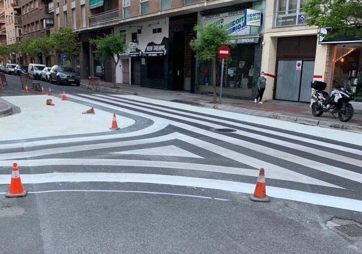 Imagen de un paso de peatones antirreglamentario, con exceso de pintura
