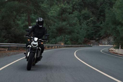 Una moto traza una curva en una carretera