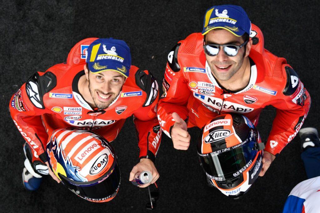 Danilo Petrucci y Andrea Dovizioso con el mono de Ducati después de una carrera de MotoGP