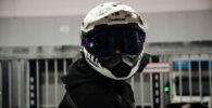 Motorista con casco e intercomunicador