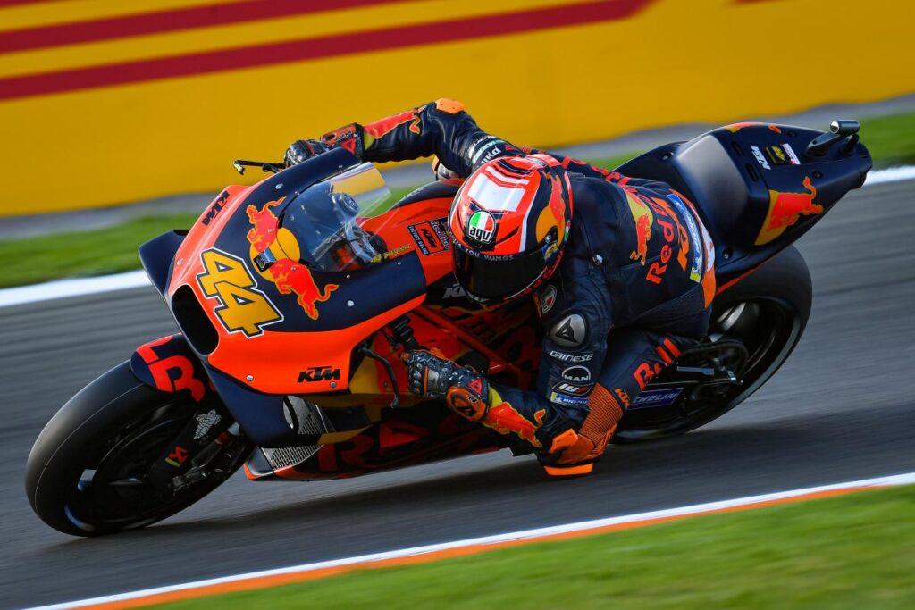 Pol Espargaró pilotando la KTM durante una carrera de MotoGP