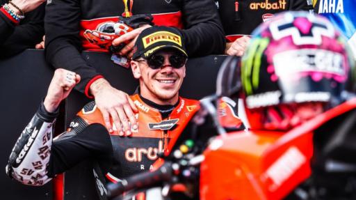 Scott Redding en el parque cerrado tras conseguir un podio en el round de Australia de WorldSBK junto al equipo Ducati