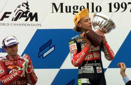 Valentino Rossi en el podio en Mugello en el año 1997