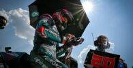 Fabio Quartararo en la parrilla de salida de una carrera de MotoGP sobre la Yamaha