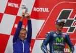 Valentino Rossi y Lin Jarvis celebrando un podio de Yamaha en MotoGP