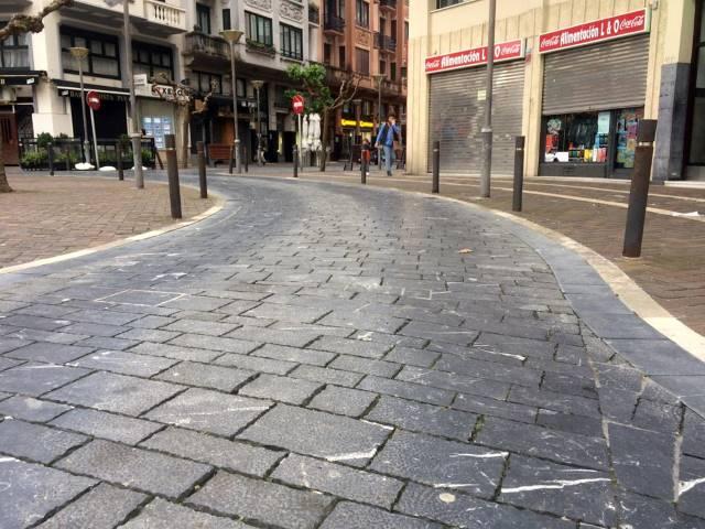 Calle semipeatonal con adoquines