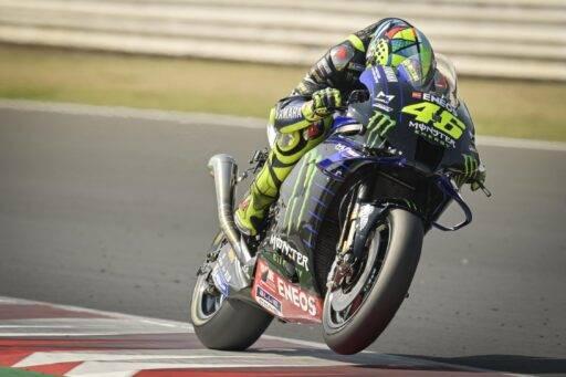 Valentino Rossi probando el nuevo escape en los test de MotoGP de Misano