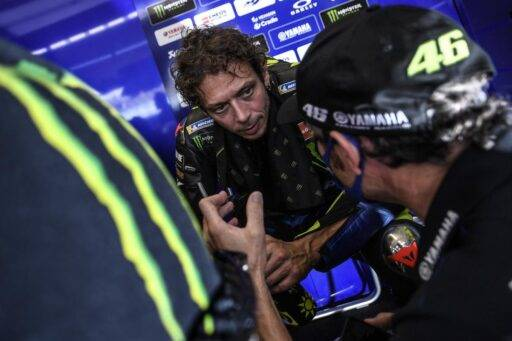 Valentino Rossi en el box de Yamaha durante una carrera de MotoGP