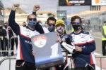 Izan Guevara en el podio con su equipo