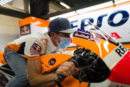 Marc Márquez en el box del Repsol Honda Team de MotoGP en Barcelona