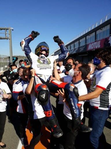 Guevara celebrando el título con su equipo