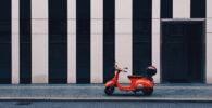 Un scooter aparcado en la acera en Berlín
