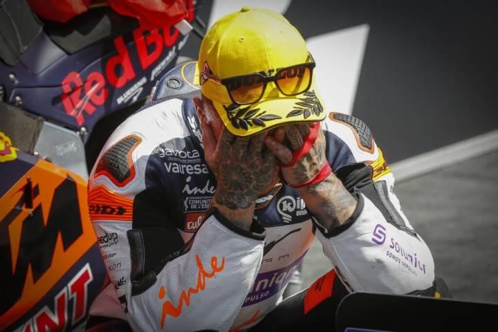 Arón Canet llora tras la carrera de Moto2
