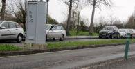 Un radar en una calle con graves desperfectos