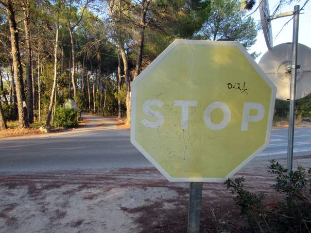 Señal de stop vieja y descolorida por el paso del tiempo