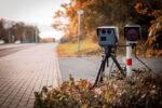 Radar de velocidad colocado en una carretera