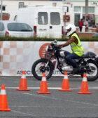 Una motorista realiza una maniobra en un curso de conducción