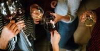 Un grupo de amigas sujetan unas copas con bebidas alcohólicas