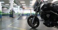 Una moto esperando a pasar la ITV