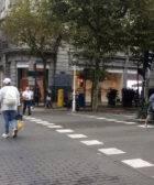 Varios peatones cruzan en rojo un paso de peatones
